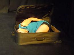 donna-nella-valigia