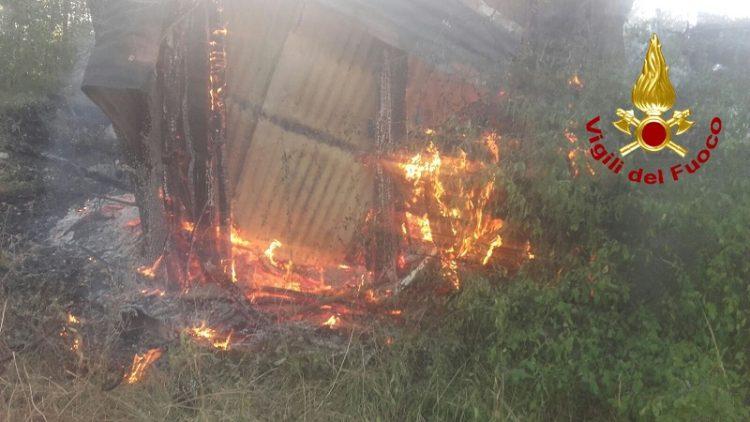 incendio deposito vigili del fuoco