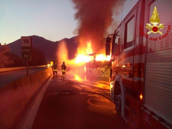 incendio vigili del fuoco bus