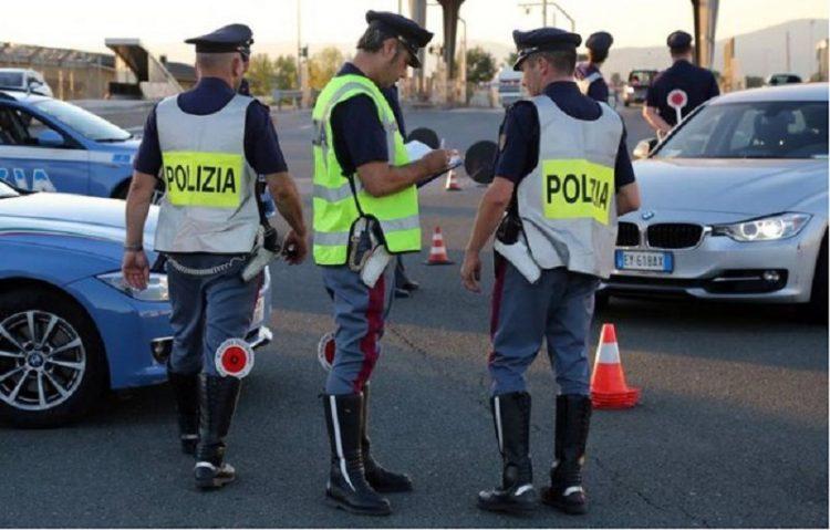 Alla guida con una patente falsa maxi multa e denuncia for Prova dello specchio polizia youtube