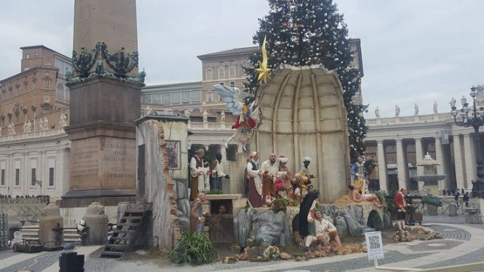 Bambini dell'ospedale di Cosenza in piazza San Pietro per l'Albero dei Desideri