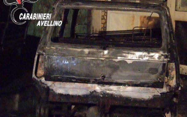 Due auto in fiamme nella notte nel Vallo Lauro, indagano i carabinieri