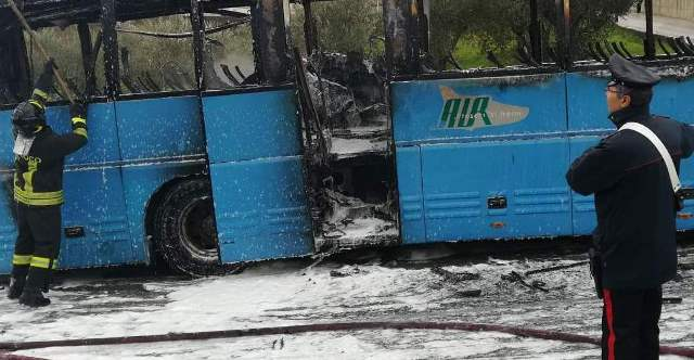 Paura in Campania, autobus in fiamme con studenti a bordo: distrutto