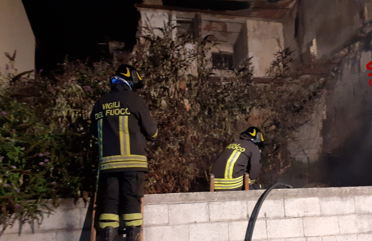 Mobili Avellino E Provincia avellino, incendio in via francesco tedesco: a fuoco i