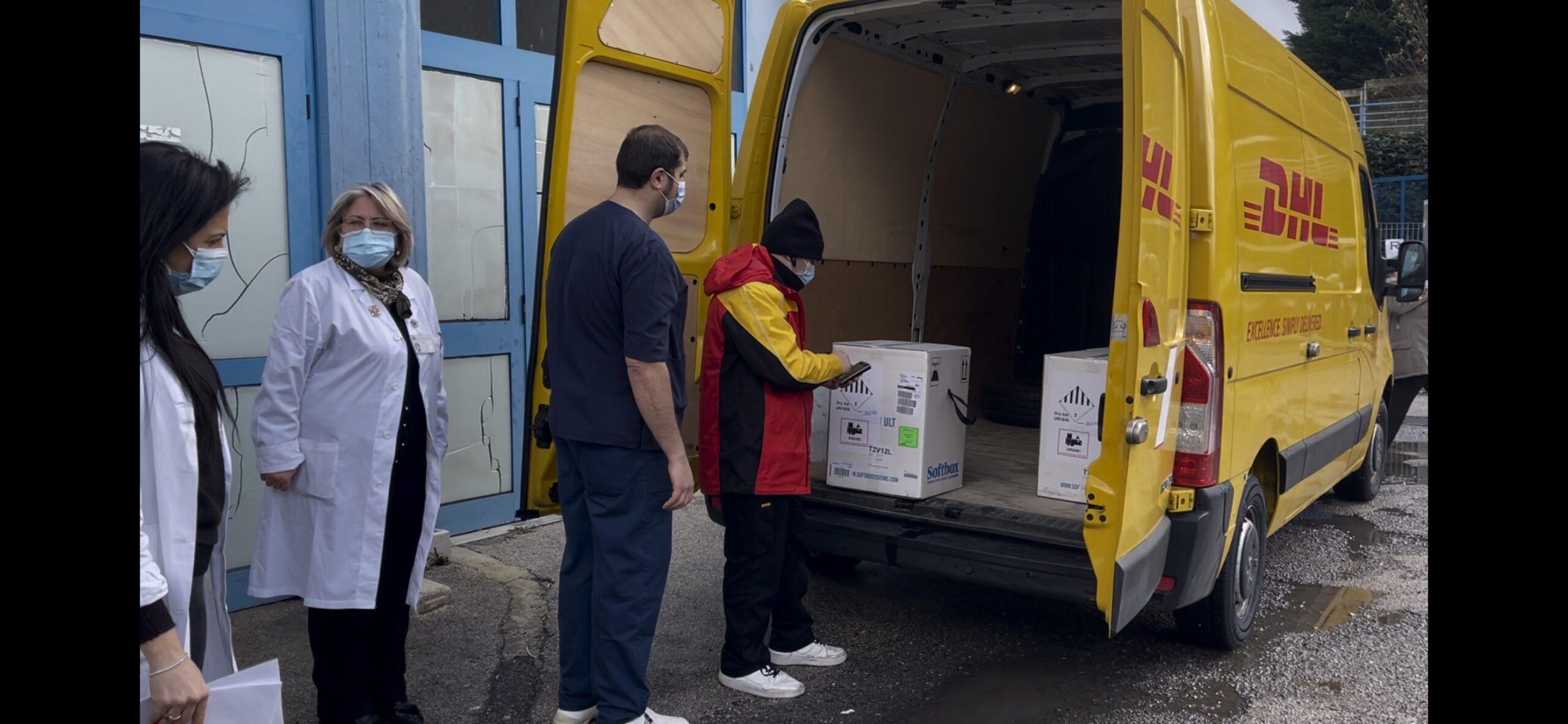 Consegna vaccini furgone